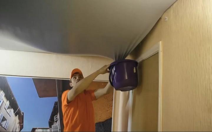 Натяжной потолок, протечка