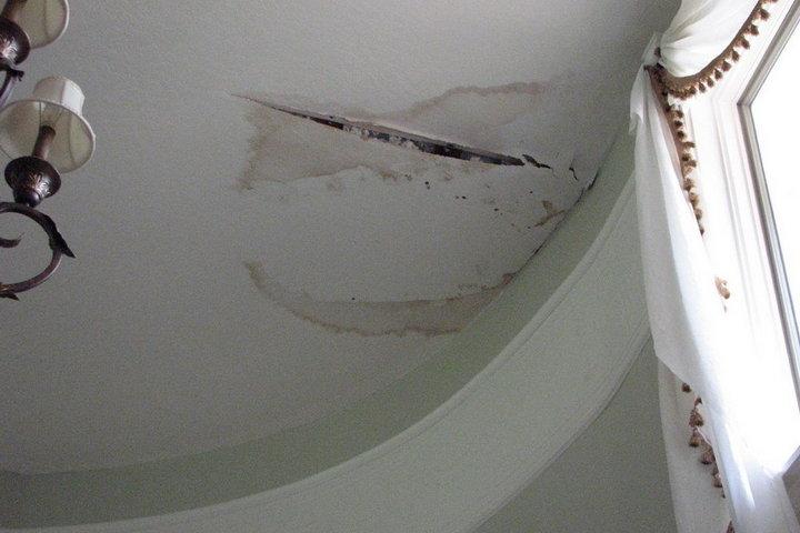 повреждение потолка от протечки