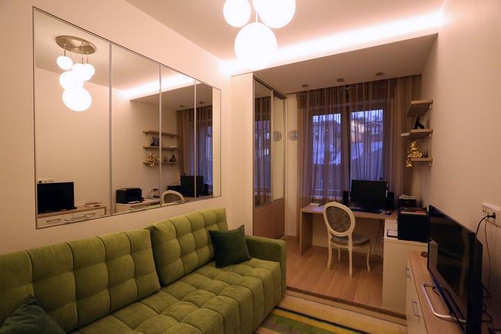 Комната с множеством зеркал, расширяющих пространство