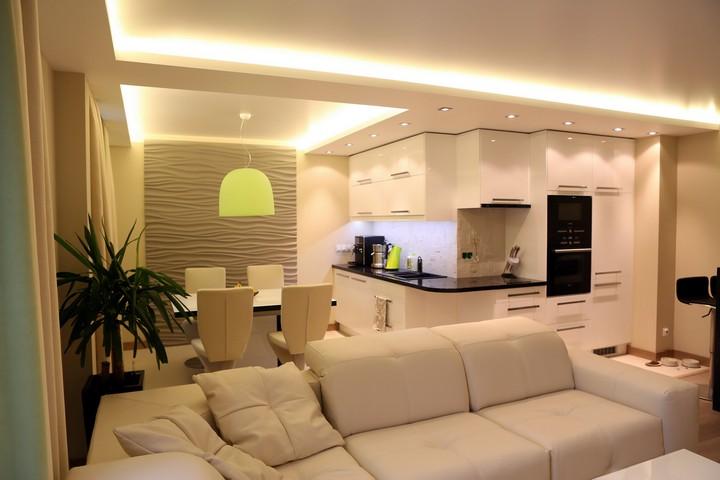 Интерьер с основных белым цветом и ярким светильником