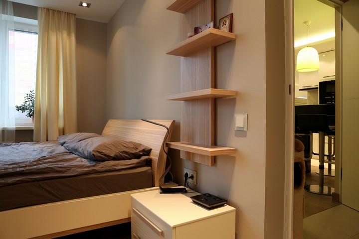 Спальня с функциональными полками