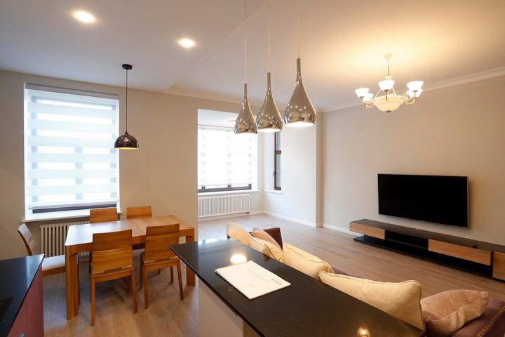 Гостиная в пастельных тонах с деревянной мебелью
