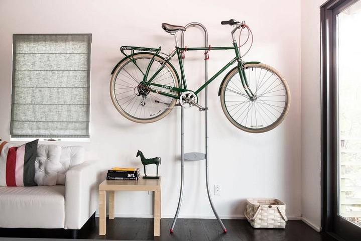 Хранение велосипеда на напольной стойке с опорой на стену