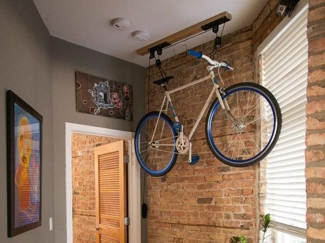 Компактное крепление велосипеда под потолком