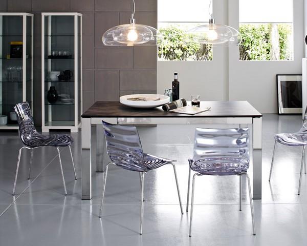 Стеклянные стулья в столовой
