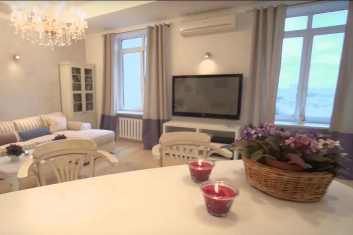 Гостиная зона с акцентами в виде дивана и декора