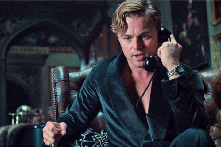 Джей разговаривает по телефону в кабинете