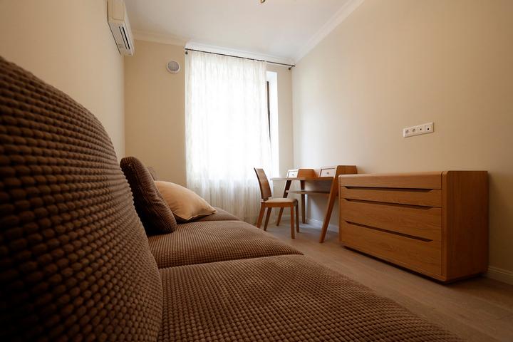 Гостевая комната с диваном и комодом