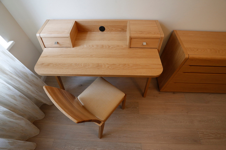 Письменный стол в гостевой из дерева