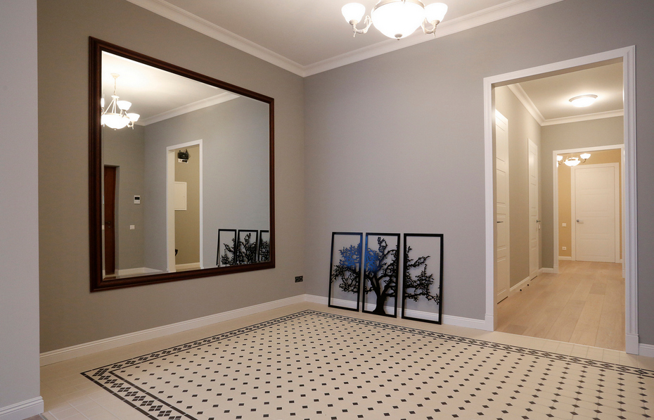 Просторная прихожая с зеркалом напротив входа
