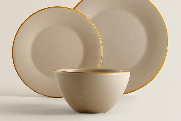 Минималистичная керамическая посуда с золотистой каймой