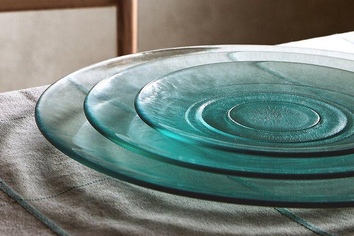 Набор тарелок из полупрозрачного переработанного стекла