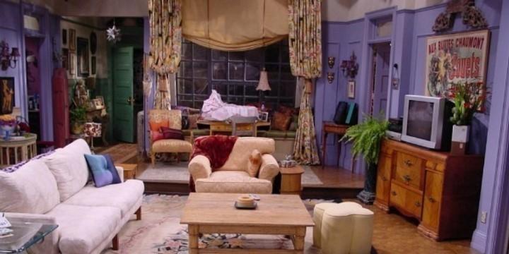 Отделка квартиры в фиолетовом цвете с нейтральной мебелью
