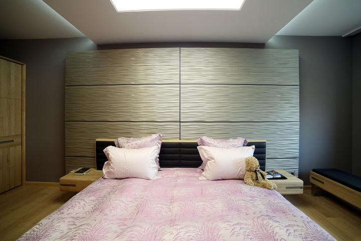 Потолок визуально выделяет кровать в спальне