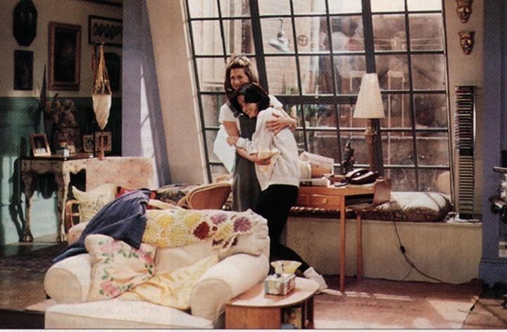 Антикварные подушки и пледы на креслах и диванах