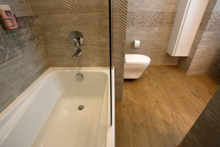 """Отделка ванной плиткой """"под бетон"""""""