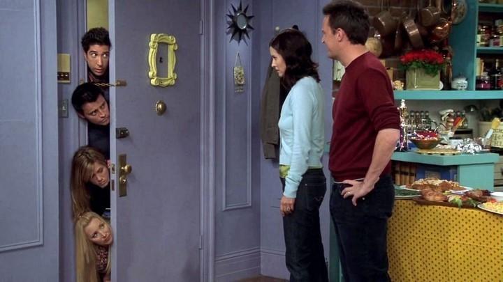 Герои сериала у двери с рамкой