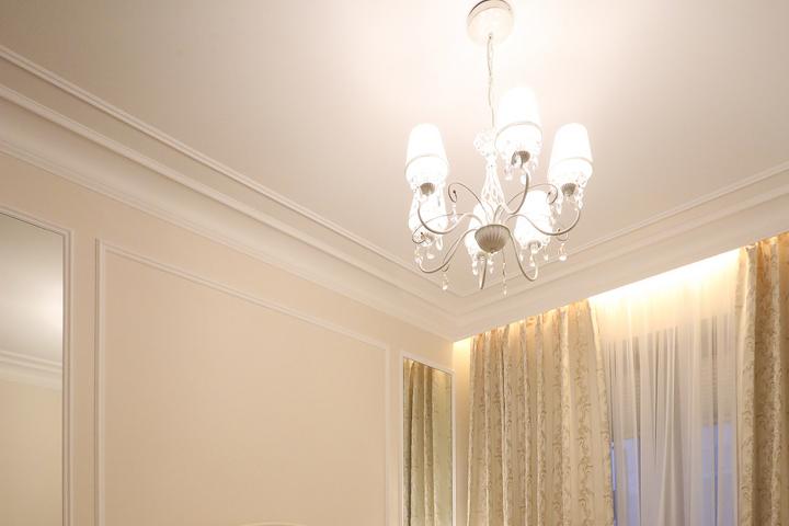 Потолок в том же классическом стиле, что и комната