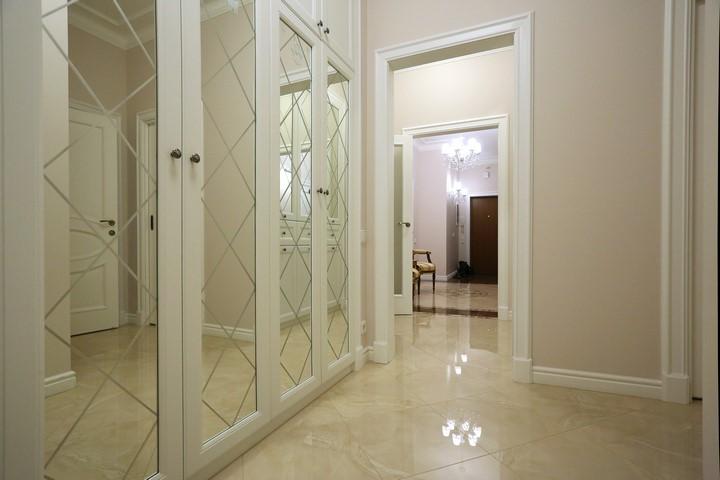 Зеркальный шкаф в коридоре по дизайну Ремэлль