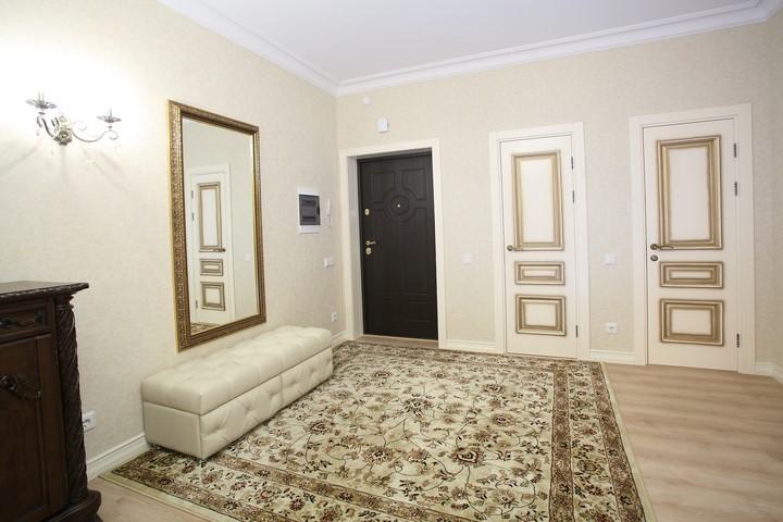Ростовое зеркало в прихожей в классическом интерьере