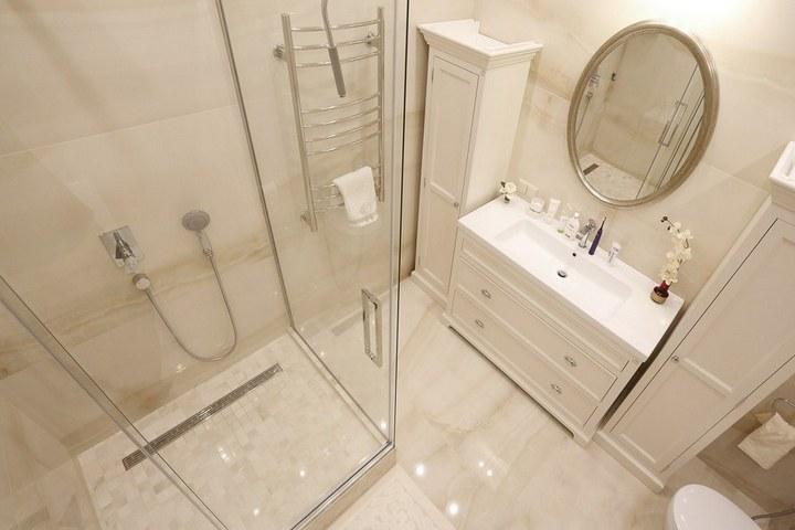 Поддон с линейным трапом по проекту ванной комнаты от Ремэлль