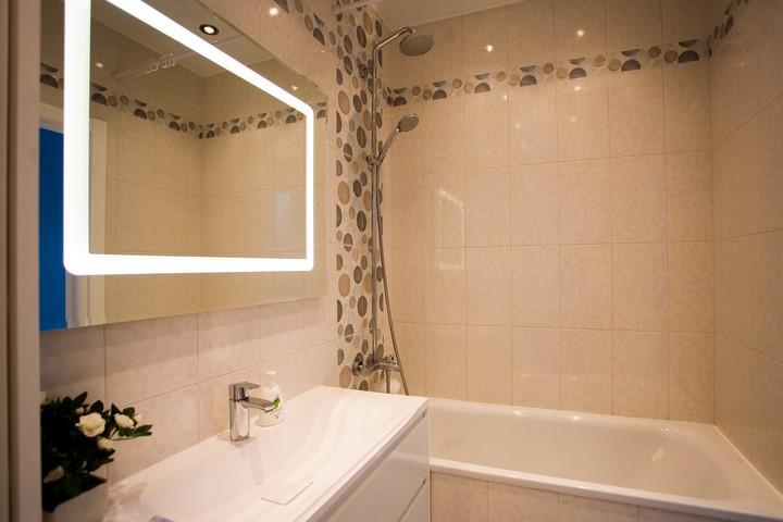 Зеркало в подсветкой в ванной
