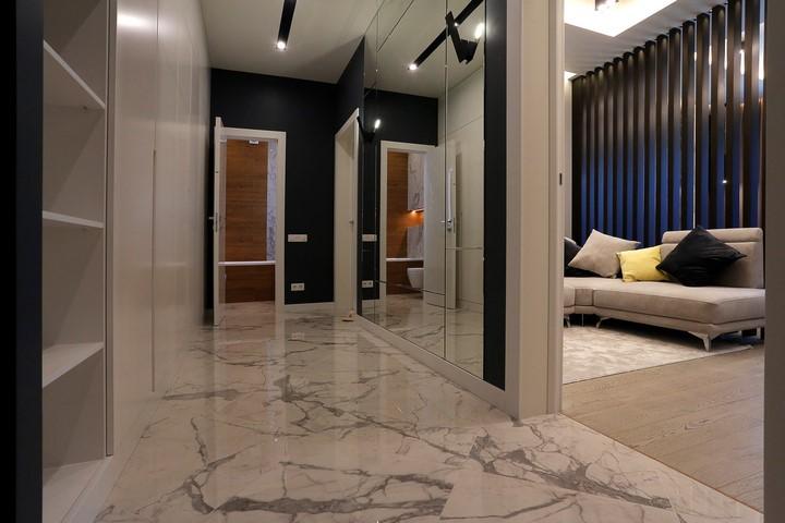 Зеркало от пола до потолка в коридоре по проекту Ремэлль