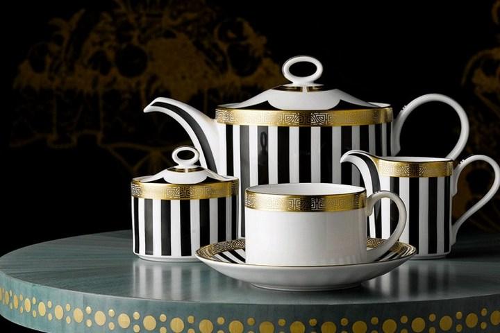 Чайник, чашка для молока, сахарница и чашка с блюдцем