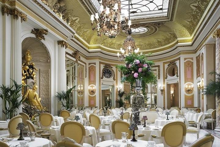 Интерьер зала в отеле Ритц в Лондоне