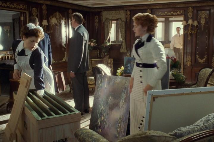 Роза в каюте-люкс разглядывает картины импрессионистов