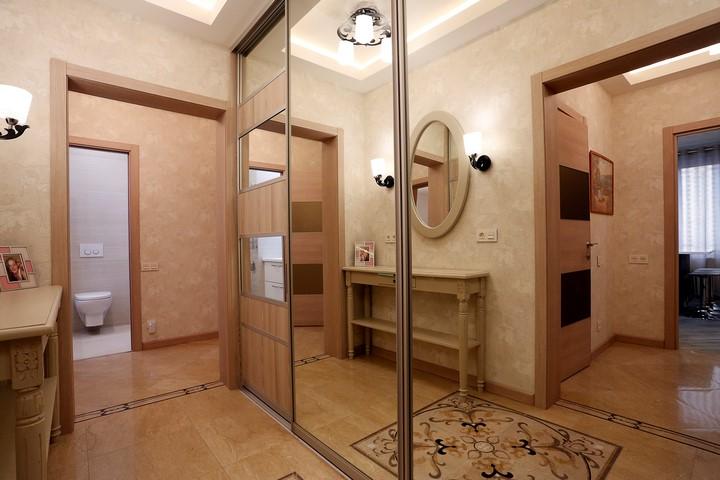 Зеркальный шкаф в маленькой прихожей