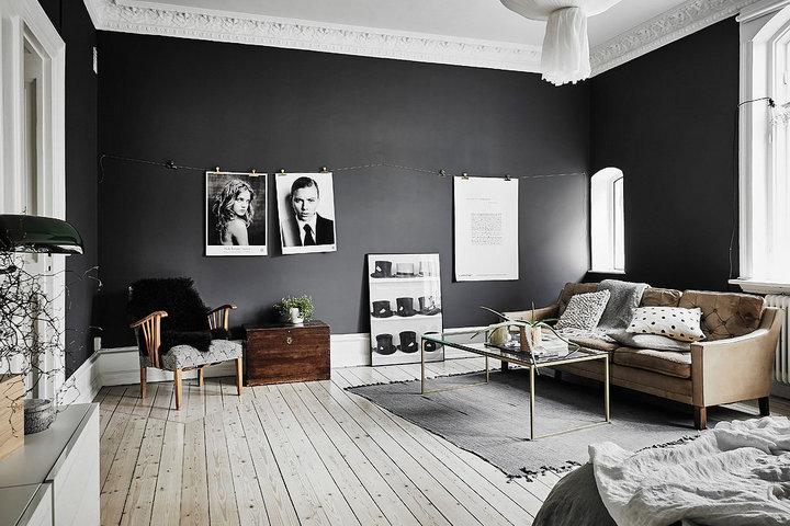 Черные стены на контрасте с деревянными светлыми полами