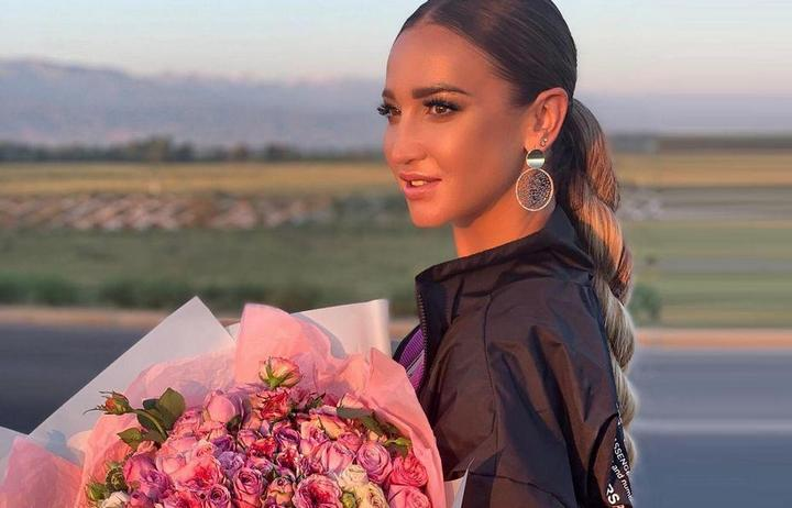 Ольга Бузова с букетом цветов