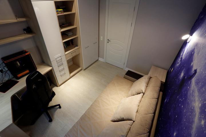 Шкаф в детской спальне с открытой секцией