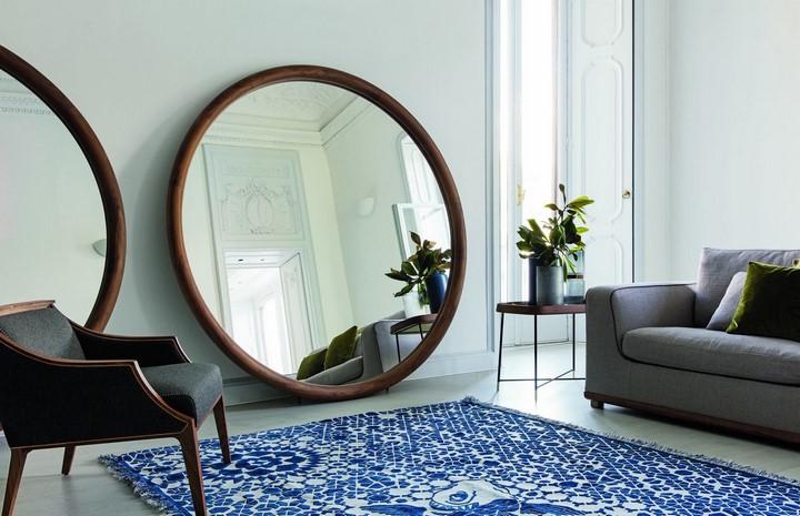Круглое большое зеркало в гостиной