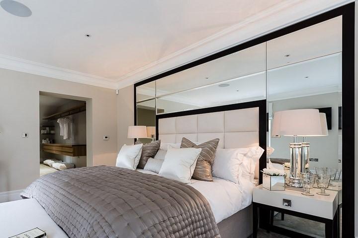 Зеркало над изголовьем кровати в спальне