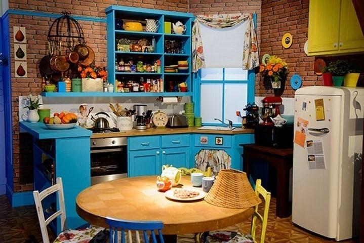 Открытая система хранения посуды на кухне