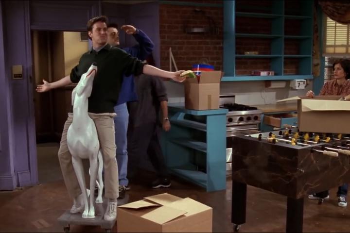 Статуя собаки из сериала Друзья