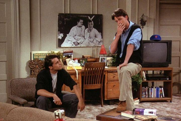 Постер с комиками в квартире Джоуи