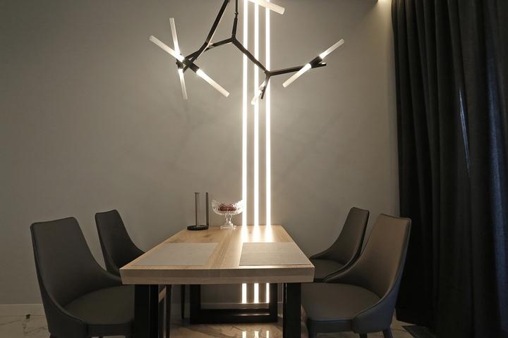 Обеденный стол и подсветка на стене