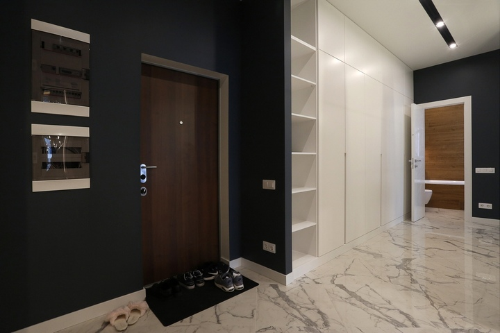 Входная дверь и прихожая с коридором