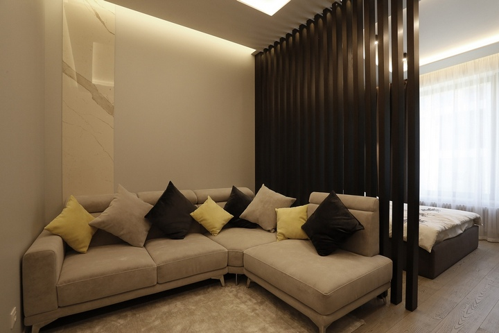 Угловой диван в гостиной зоне