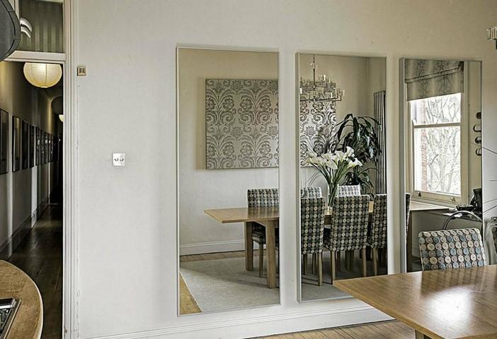 Зеркальные полотна на стене в столовой