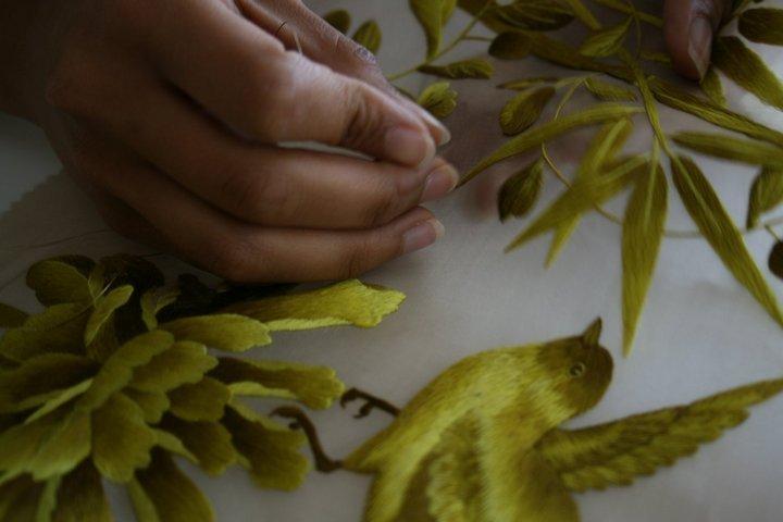 Процесс вышивки золотой нитью