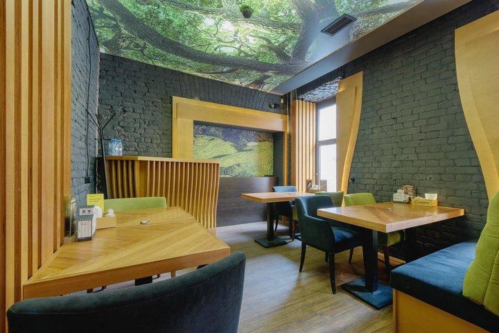 Зал с декоративным потолком с изображением леса