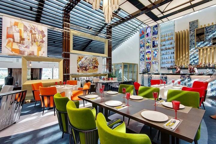Большие столы в разноцветными стульями