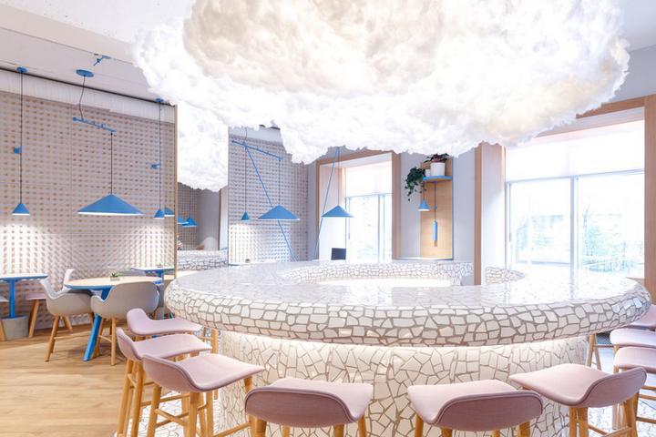Люстра в виде облака над мозаичным баром