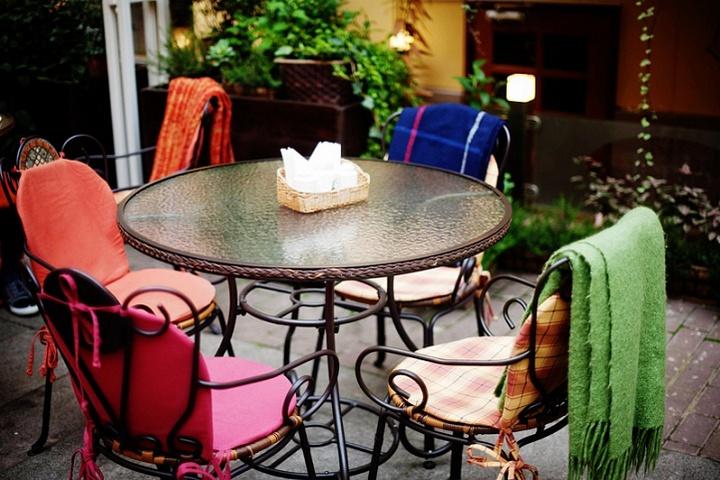 Столики на летней террасе