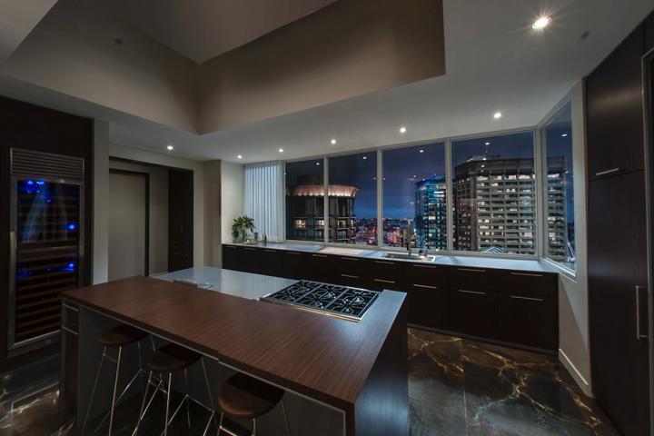 Просторная кухня с панорамным видом