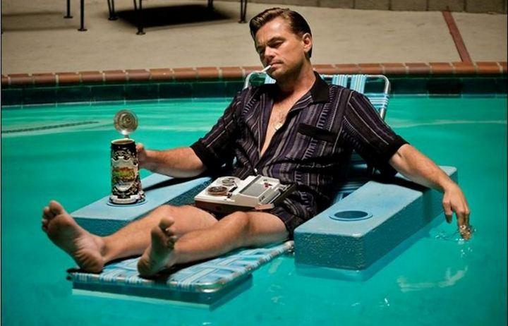Рик Далтон отдыхает в бассейне и репетирует свой текст